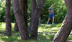 THEMENBILD - ein Jogger an einem sonnigen Frühlingstag, aufgenommen am 25.Mai 2016, Innsbruck, Österreich // a runner on a sunny spring day in Innsbruck, Austria on 2016/05/25. EXPA Pictures © 2016, PhotoCredit: EXPA/ Jakob Gruber