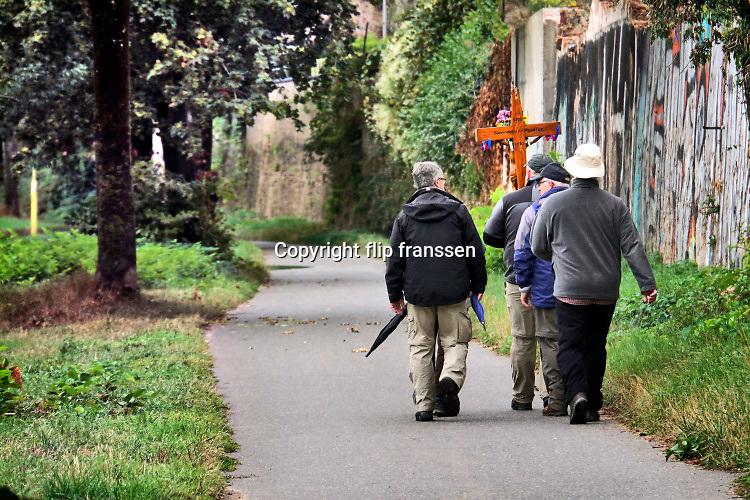 Duitsland, Trier, 27-9-2020 Een groepje godsdienstige mannen loopt een voettocht van hun woonplaats Blankenheim naar een nabijgelegen kerk in de buurt van Trier . Het is een katholieke vorm van boetedoening . Foto: ANP/ Hollandse Hoogte/ Flip Franssen