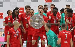 18.05.2019, Allianz Arena, Muenchen, GER, 1. FBL, FC Bayern Muenchen vs Eintracht Frankfurt, 34. Runde, Meisterfeier nach Spielende, im Bild Robert Lewandowski mit Meisterschale // during the celebration after winning the championship of German Bundesliga season 2018/2019. Allianz Arena in Munich, Germany on 2019/05/18. EXPA Pictures © 2019, PhotoCredit: EXPA/ SM<br /> <br /> *****ATTENTION - OUT of GER*****