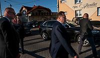 Sokolka, woj. podlaskie, 21.09.2020. Szeregowy posel PiS Jaroslaw Zielinski, ktory byl wiceministrem MSWiA do 11.2019 roku, nadal wozi sie jak minister. Do Sokolki na odsloniecie Pomnika Ofiar Oblawy Augustowskiej przyjechal rzadowa limuzyna BMW serii 7 z kierowca i ochroniarzem, ktory nie odstepowal go na krok. Ten sam ochroniarz chronil go rowniez wtedy, kiedy pelnil funkcje wiceministra MSWiA N/z Jaroslaw Zielinski podczas wizyty premiera Morawieckiego w Grajewie, w sierpniu 2019 roku, wtedy kiedy byl wiceminstrem MSWiA. Po lewej ten sam ochroniarz ministra fot Michal Kosc / AGENCJA WSCHOD