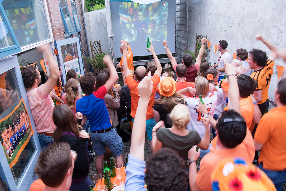 In de Utrechtse wijk Ondiep kijken jongeren naar de eerste wedstrijd van Nederland op het WK voetbal.<br /> <br /> In the Utrecht district Ondiep young people watch the first game for Holland at the WC soccer.