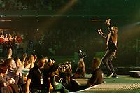 25 NOV 2002, BERLIN/GERMANY:<br /> Herbert Grönemeier waehrend einem Konzert, Max-Schmeling-Halle<br /> IMAGE: 20021125-02-022<br /> KEYWORDS: Herbert Grönemeier, Fans, Fans, Publikum, Haende, Hände
