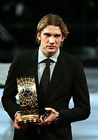 Fotball<br /> FIFA World Player Gala 2004<br /> 20.12.2004<br /> Zürich Sveits<br /> Foto: EQ Images/Digitalsport<br /> NORWAY ONLY<br /> <br /> Andreij Shevchenko mit Pokal