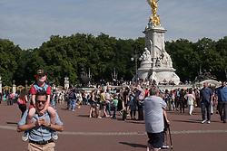 August 26, 2017 - London, England, United Kingdom - Hundreds of people gather outside Buckingham Palace, London, UK, on 26 August 2017 despite Friday nights attack on police officers along the Mall. (Credit Image: © Jay Shaw Baker/NurPhoto via ZUMA Press)