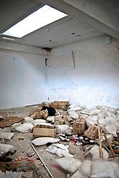 """Cuscini, scatole e giocattoli di vario tipo abbandonati in uno dei locali al primo piano dell'ex centro di permanenza temporanea """"Casa Regina Pacis"""" a San foca (LE) ormai in disuso. 21/02/2010 (PH Gabriele Spedicato)..I Centri di permanenza temporanea (CPT), ora denominati Centri di identificazione ed espulsione (CIE), sono strutture istituite in ottemperanza a quanto disposto all'articolo 12 della legge Turco-Napolitano (L. 40/1998) per ospitare gli stranieri """"sottoposti a provvedimenti di espulsione e o di respingimento con accompagnamento coattivo alla frontiera"""" nel caso in cui il provvedimento non sia immediatamenti eseguibile."""