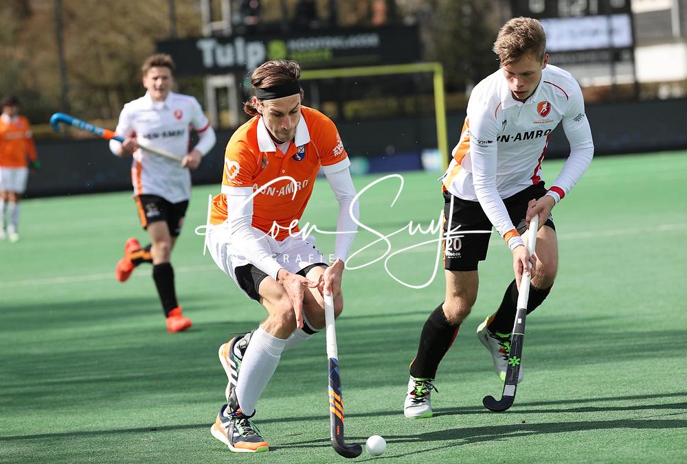 BLOEMENDAAL - Florian Fuchs (Bldaal) met Max de Bie (Oranje Rood)   tijdens de hoofdklasse hockeywedstrijd heren , Bloemendaal-Oranje Rood  (3-1).  COPYRIGHT  KOEN SUYK