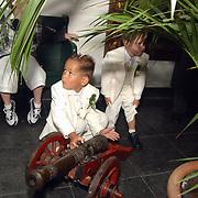 Huwelijk Grad Damen & Danielle van Gestel Breda, bruidsjonkers spelen met kanon