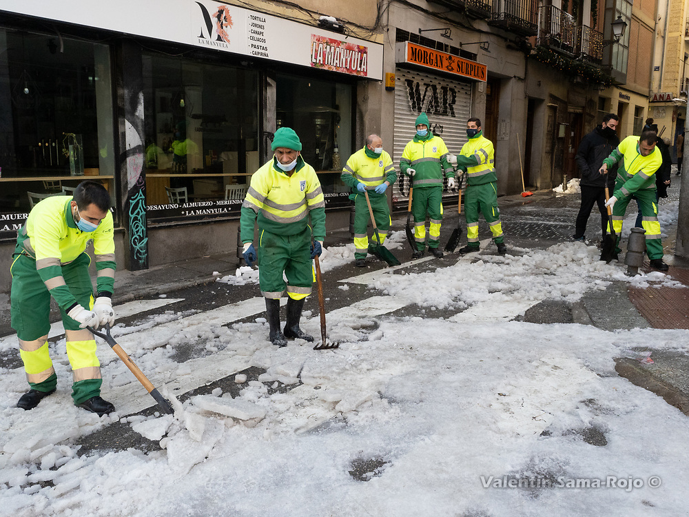 Madrid, Spain. 14th January, 2021. Street sweepers clearing the ice in a street at Madrid's downtown. Madrid's municipal cleaning services are working partially after storm Filomena, works are focused on clearing the streets but trash removal services are not fully operative. © Valentin Sama-Rojo.