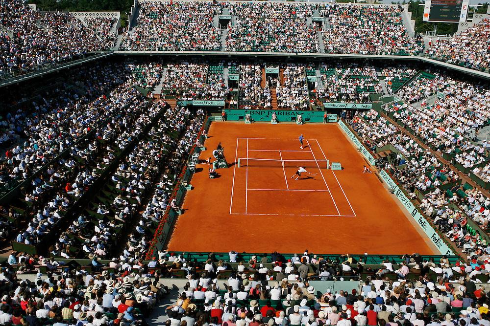 Roland Garros. Paris, France. June 6th 2006..Mario Ancic against Roger Federer (top) during the 1/4 finals.