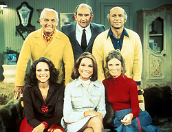 January 25, 2107 - File - TV icon MARY TYLER MOORE died on Wednesday after being hospitalized in Connecticut, She was 80. Mary Tyler Moore (December 29, 1936 New York - January 25, 2017) was an American actress, known for her roles in the television sitcoms The Mary Tyler Moore Show (1970-1977), Dick Van Dyke Show (1961-1966. Her notable film work includes 1967's Thoroughly Modern Millie and 1980's Ordinary People, in which she played a role that was very different from the television characters she had portrayed, and for which she was nominated for an Academy Award for Best Actress. Pictured: Sep 04, 2001; Hollywood, CA, USA; FILE PHOTO; 1974: Actors. MARY TYLER MOORE, EDWARD ASNER, TED KNIGHT, GAVIN MACLEOD, VALERIE HARPER & CLORIS LEACHMAN in MTM Enterprises 'Mary Tyler Moore Show.'.  (Credit Image: Peter French/ZUMAPRESS.com)