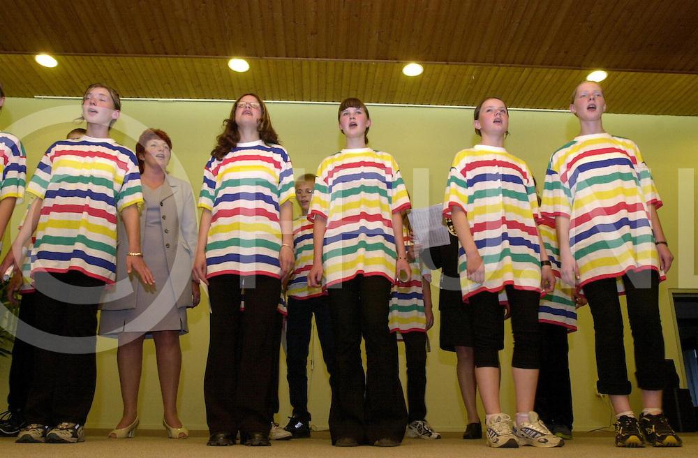 fotografie frank uijlenbroek@1999/michiel van de velde.010615 wijhe ned.jongeren uit letland op bezoek in nederland waar ze op de letlandse avond een aantal nummers ter gehore brachten aan het aanwezige publiek .