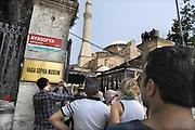 Turkije, Istanbul, 4-6-2011De Aya Sofia, agia sophia, in sultanahmet. Terwijl toeristen in de rij staan voor de ingang wordt een nieuwe naambord opgehangen. De grootste koepelkerk ter wereld na de Sint Pieter werd na de verovering van Constantinopel door de mohamedanen omgebouwd tot een moskee. Istanbul, vroegere hoofdstad van het Ottomaanse rijk.Foto: Flip Franssen