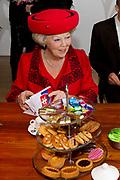 Staatsbezoek van de President van Slowakije , Zijne Excellentie president Ivan Gasparovic en zijn echtgenote Silvia Gasparovicova.<br /> <br /> Statevisit of the President of  Slowakije Ivan Gasparovic and his wife  Silvia Gasparovicova.<br /> <br /> Op de foto/ On the photo: <br />  Koningin Beatrix en president Ivan Gasparovic bezoeken het Leerorkest in Amsterdam Zuid Oost.