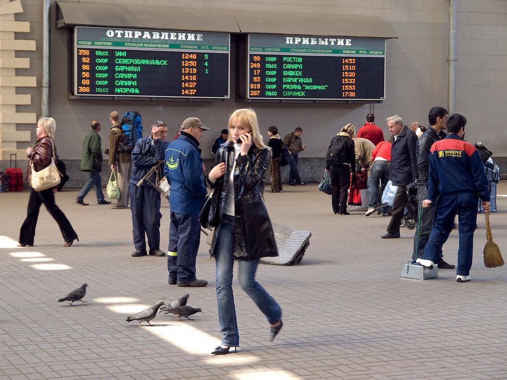 Reisende in der Halle des Kasaner Bahnhofs (Kasanski woksal) welcher einer der neun Bahnhöfe in Moskau ist. Er liegt am Komsomolskaja-Platz, in unmittelbarer Nähe zum Jaroslawler und dem Leningrader Bahnhof, und ist bis heute einer der größten Bahnhöfe der russischen Hauptstadt.<br /> <br /> Travellers in the hall at the Kazansky Rail Terminal (Kazansky vokzal) which is one of eight rail terminals in Moscow, situated on the Komsomolskaya Square, across the square from the Leningradsky and Yaroslavsky terminals.