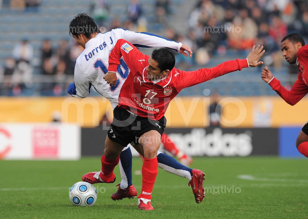 Fussball International FIFA Club WM Japan 2008     13.12.2007 Viertelfinale Al Ahly - CF Pachuca Gerardo Rodriguez (Pachuca, li) gegen Ahmed Hassan (Al Ahly, re)