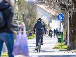 THEMENBILD - In Österreich gelten aufgrund der Covid-19-Pandemie Ausgangsbeschränkungen, Betretungsverbote und andere Regelungen, die in das Alltagsleben eingreifen. Hier im Bild Fussgänger und Radfahrer am Iseselkai. Lienz am Samstag 11. April 2019 // In Austria, due to the Covid 19 pandemic, exit restrictions, entry bans and other regulations that affect everyday life apply. Here in the picture: Pedestrians and cyclists on the Iseselkai. Lienz on Saturday April 11, 2019. EXPA Pictures © 2020, PhotoCredit: EXPA/ Johann Groder