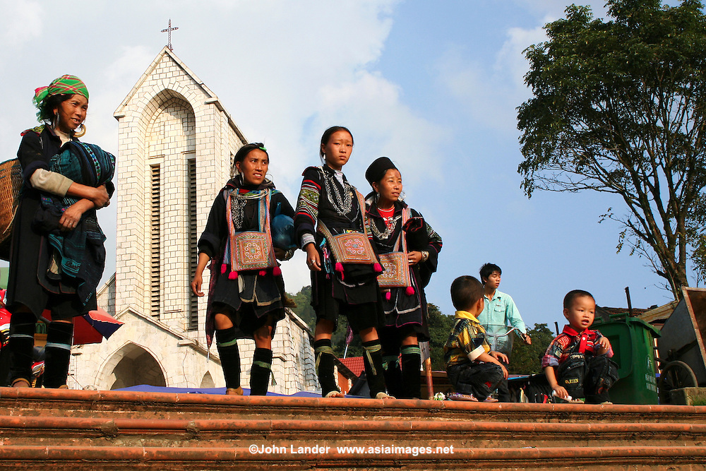 Black Hmong women in front of Sapa Cathedral. The terms Hmong  and Mong  refer to an Asian ethnic group in the mountainous regions of southeast Asia.  Hmong groups began a gradual southward migration due to political unrest and to find more arable land. As a result, Hmong live in several countries in Southeast Asia, including northern Vietnam, Laos, Thailand and Burma.  There are various types of Hmong throughout Southeast Asia, including Black Hmong and Flower Hmong, named after the styles of their clothing and costumes.