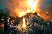 Nederland, Mook, 11-1-2020Als enige gemeente in de regio had er in Mook een kerstboomverbranding plaats. De plaatsvervangend burgemeester stad de hens erin onder toezicht van de brandweer.Foto: Flip Franssen