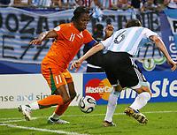 Fotball<br /> VM 2006<br /> Foto: Witters/Digitalsport<br /> NORWAY ONLY<br /> <br /> 10.06.2006<br /> Argentina v Elfenbenskysten<br /> <br /> v.l. Didier Drogba, Gabriel Heinze Argentinien<br /> Fussball WM 2006 Argentinien - Elfenbeinkueste 2:1
