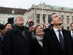 26.10.2016, Heldenplatz, Wien, AUT, Nationalfeiertag und Angelobung der neuen Rekruten. im Bild v.l.n.r. Präsidentschaftskandidat Alexander Van der Bellen mit Frau Doris Schmidauer und Bundeskanzler Christian Kern (SPÖ) // f.l.t.r. Candidate for Presidential Elections Alexander Van der Bellen with his wife Doris Schmidauer and Federal Chancellor of Austria Christian Kern during Austrian National Day at Heldenplatz in Vienna, Austria on 2016/10/26 EXPA Pictures © 2016, PhotoCredit: EXPA/ Michael Gruber