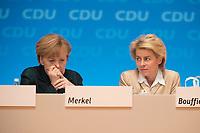 09 DEC 2014, KOELN/GERMANY:<br /> Angela merkel (L), CDU, Bundeskanzlerin, und Ursula von der Leyen (R), CDU, Bundesverteidigungsministerin, im Gespraech, CDU Bundesparteitag, Messe Koeln<br /> IMAGE: 20141209-01-134<br /> KEYWORDS: Party Congress, Gespräch