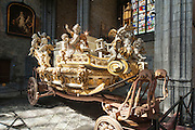 barocke Kutsche, Stiftskirche St. Waltrudis, Inneres, Mons, Hennegau, Wallonie, Belgien, Europa   baroque carriage, interior of abbey church Saint Waltrude, Mons, Hennegau, Wallonie, Belgium, Europe