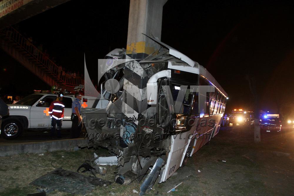 CUAUTITLAN, Mexico.- Un muerto y siete lesionados fue el saldo del choque de un autobus de pasajeros de la linea México-Coyotepec contra la base de un puente peatonal en el kilometro 39.5 de la autopista México Queretaro. Agencia MVT / Juan Garcia. (DIGITAL)
