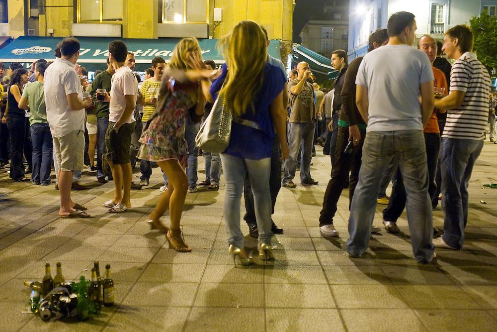 31/Julio/2008 Santander<br /> Jovenes de botellon en la Plaza de Cañadio / JOAN COSTA