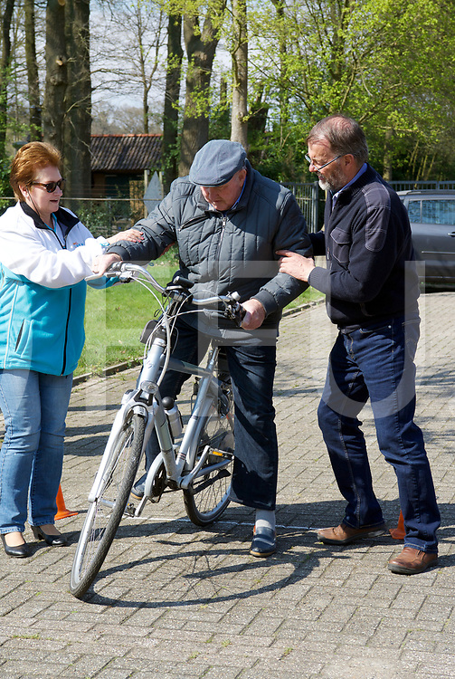 DALFSEN - E-Bike training.<br /> Marinus Scherpenkate heeft het zadel te hoog en valt bijna van de fiets, Hans van 't Noordende vangt hem op.<br /> FFU PRESS AGENCY COPYRIGHT FRANK UIJLENBROEK