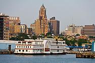 New York, Brooklyn dockyards and port, the old docks  . Brooklyn skyline  New York, - United states /  les docks et le port de Brooklyn  . Brooklyn , les anciens docks au bord de la mer  . brooklyn skyline , New York - Etats unis