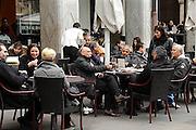 Italie, Bolzano, 8-3-2008..Mensen zitten op een terras van een café in het centrum van de stad. Bolzano, Bozen, is na de eerste wereldoorlog bij Italië gevoegd en is tweetalig. De bevolking is sterk gericht op Oostenrijk...Foto: Flip Franssen
