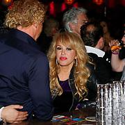 NLD/Uitgeest/20100118 - Uitreiking Geels Populariteits Awards van NH 2009, patricia Paay met Wino omtzigt aan de bar