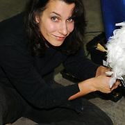 NLD/Amsterdam/20051208 - BN´ers beschilderen Martinair vliegtuigstoelen, actie Pimp my Chair voor de veiling SOS Kinderdorpen, Caya de Groot