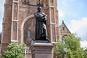 Standbeeld van Hugo de Groot voor de Nieuwe Kerk in Delft. | Statue of Hugo de Groot in front of the Oude Kerk (New Church) in Delft.