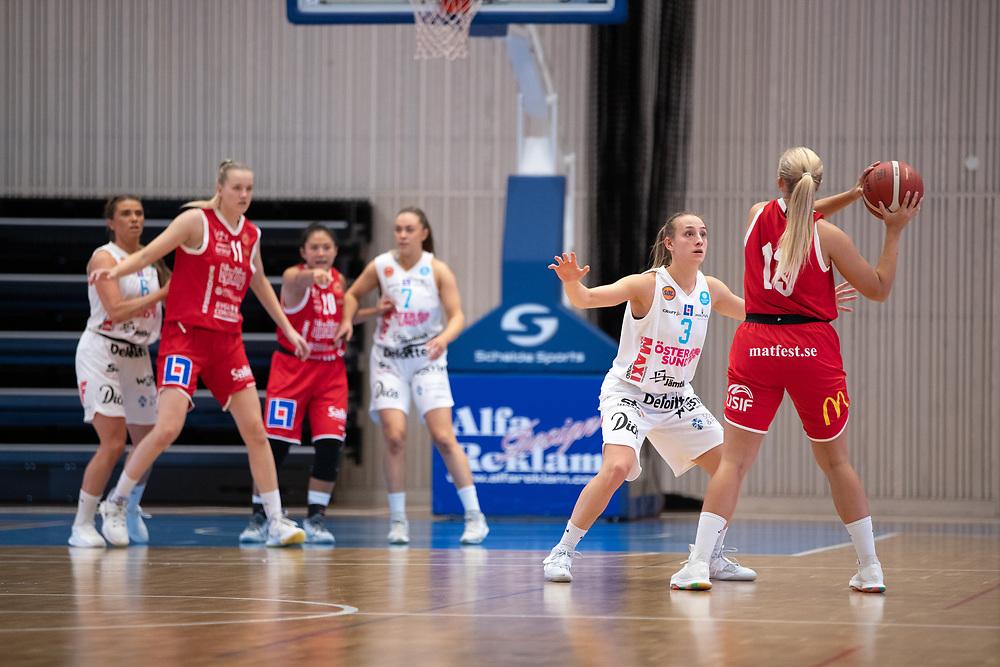 ÖSTERSUND 20210925<br /> Östersunds Elena Popkey försvarar under fredagens match i Basketligan mellan Östersund Basket och Uppsala Basket i Östersunds Sporthall<br /> <br /> Foto: Per Danielsson/Projekt.P