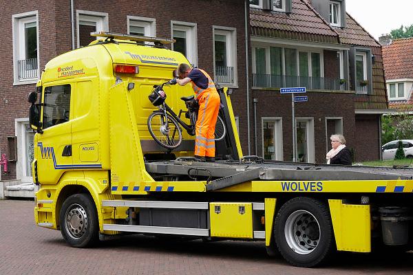 Nederland, Gorssel, 10-5-2018Een medewerker van een bergingsbedrijf haalt de kapotte fiets op van een vrouw die pech onderweg kreeg .Foto: Flip Franssen