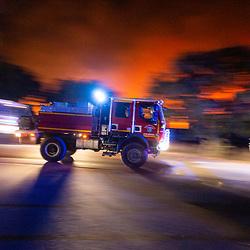 Premières heures d'activité du feu de Gonfaron (Var) qui tiendra en haleine les sapeurs pompiers méditerranéens pendant 10 jours, de crainte que le vent ne relance son activité, dévastera 7100 hectares de forêt et causera la mort de deux personnes. Août 2021 / Bouches-du-Rhône (13) / FRANCE<br /> Voir toutes les photos de ce reportage (89 photos) https://sandrachenugodefroy.photoshelter.com/gallery/2021-08-GIFF-du-SDIS13-Complet/G0000lDeWrBxRkHY/C0000yuz5WpdBLSQ