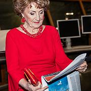 NLD/Amsterdam/20180217 - Prinses Margriet bij viering 75 jaar Trouw, Prinses Margriet bekijkt de jubileumkrant