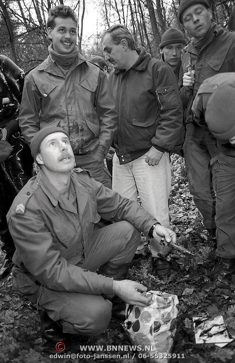 NLD/Huizen/19891127 - Max Muller moord zoekactie wapen landgoed Beek naarden door marineduikers, wapen gevonden in plastic zak