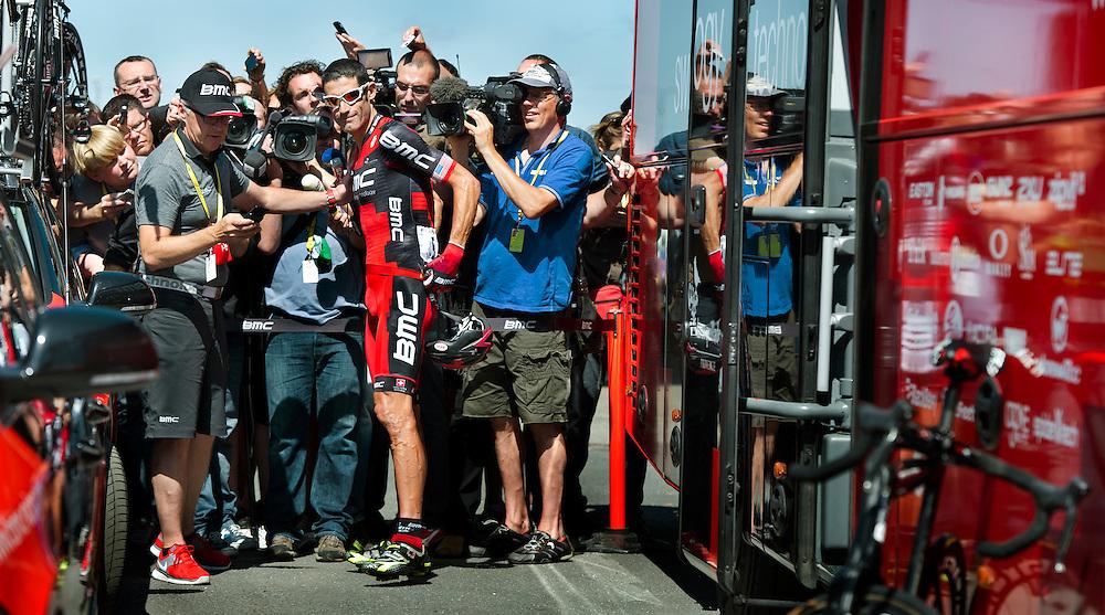 """Frankrijk, St.Quentin, 05-07-2012.<br /> George Hincapie, amerikaan van de BMC ploeg, staat de media te woord over de Armstrong doping verhalen die voor de start van de etappe in Rouen het wielercircus van de Tour beheersen. Zijn commentaar is """" No Comment"""".<br /> Foto: Klaas Jan van der Weij"""