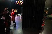 Kandidaat-voorzitter van het CDA Ruth Peetoom wordt in Hengelo geïnterviewd door de lokale radio. Ruth Peetoom is op bezoek bij de theatergroep Kamak in Hengelo. Bij de theatergroep acteren verstandelijk gehandicapten en wordt onder meer via AWBZ betaald