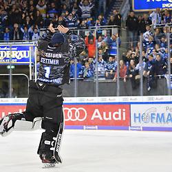Torwart Jonas Stettmer (Nr.1 - ERC Ingolstadt) beim Spiel in der DEL, ERC Ingolstadt (dunkel) - Grizzlys Wolfsburg (hell).<br /> <br /> Foto © PIX-Sportfotos *** Foto ist honorarpflichtig! *** Auf Anfrage in hoeherer Qualitaet/Aufloesung. Belegexemplar erbeten. Veroeffentlichung ausschliesslich fuer journalistisch-publizistische Zwecke. For editorial use only.