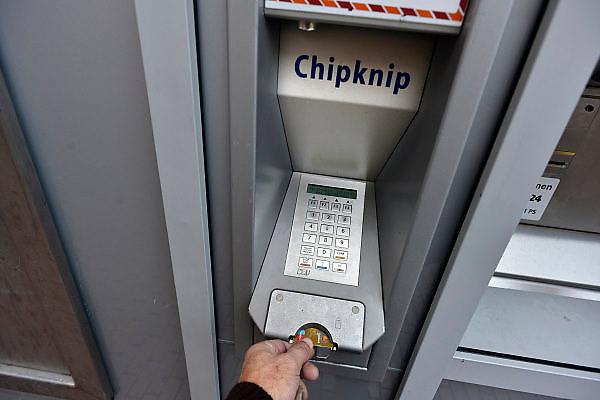 Nederland, Nijmegen, 6-11-2014Chipkknip, oplaadpunt, bankpas, elektronisch betalen. Per 1 januari 2015 stopt dit betaalmiddel. De banken zullen zorgen voor terugstorting van het restsaldo.Foto: Flip Franssen/Hollandse Hoogte