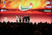 Sport Allgemein: Hamburger Sportgala 2017, Hamburg, 13.12.2017<br /> Sportler des Jahres: Torben Johannesen (Rudern, 2.v.l.) mit Bruder Eric und Eltern sowie Moderator Yared Dibada (l.)<br /> © Torsten Helmke
