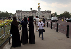 21 April 2011. London, England..Tourists. Muslim women in full veils take photographs  outside Buckingham Palace amid tight security in the run up to Catherine Middleton's marriage to Prince William..Photo; Charlie Varley.