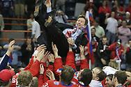 Trainer Slawa Bykov (RUS) wird hochgejubelt © Thomas Oswald