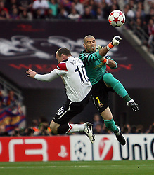 28.05.2011, Wembley Stadium, London, ENG, UEFA CHAMPIONSLEAGUE FINALE 2011, FC Barcelona (ESP) vs Manchester United (ENG), im Bild Action: Wayne Rooney of Manchester Utd almost  chips Barcelona's Victor Valdes (2nd vice-captain)    during  the UEFA  Champions League Final between Barcelona and Manchester United at the Wembley Stadium  in London    on 28/05/2011, EXPA Pictures © 2011, PhotoCredit: EXPA/ IPS/ M. Pozzetti *** ATTENTION *** UK AND FRANCE OUT!