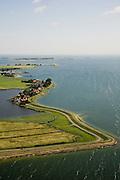 Nederland, Noord-Holland, Uitdam, 14-07-2008; dorpje gelegen aan de Waterlandse Zeedijk tussen IJsselmeer en Uitdammer Die (links); aan de horizon MArken; Uitdammerdijk, dorpsgezicht, Zuiderzee, Waterland. .luchtfoto (toeslag); aerial photo (additional fee required); .foto Siebe Swart / photo Siebe Swart