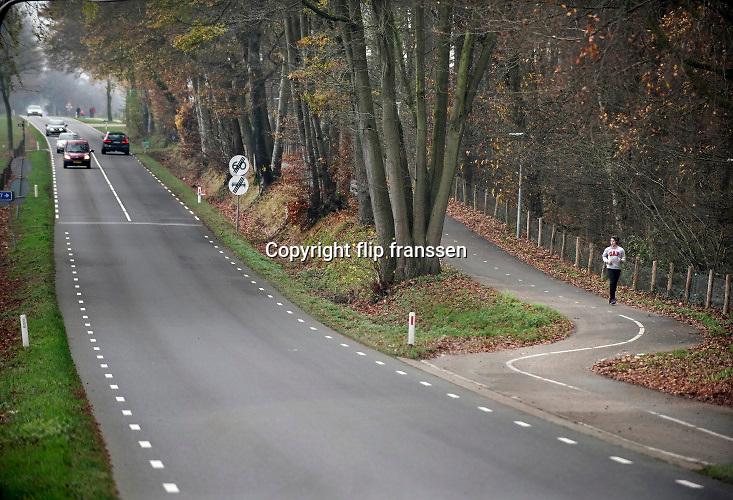 Nederland, Groesbeek, 29-11-2020  De populaire zevenheuvelenloop vanuit Nijmegen gaat dit jaar niet door.  Normal lopen hier tienduizenden lopers aan mee.  Naast enkele lopers die vandaag de route toch lopen is dit gebied populair bij de sportieve recreanten.Foto: ANP/ Hollandse Hoogte/ Flip Franssen