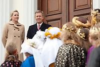 06 JAN 2012, BERLIN/GERMANY:<br /> Christian Wulff (2.v.L), Bundespraesident, und Bettina Wulff (L), Gattin des Bundespraesidenten, vor der Tuere des Schlosses, waehrend dem Sternsingerempfang der 54. Aktion Dreikoenigssingen 2012, Schloss Bellevue<br /> IMAGE: 20120106-01-009<br /> KEYWORDS: Sternsinger, Heilige drei Könige, Heilige drei Koenige, Dreikönigssingen, Ehefrau, Politikerfrau,